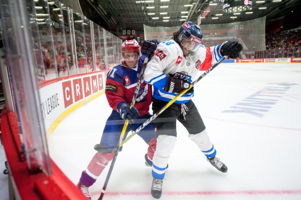EV Zug (Dominik Schlumpf, right, in a duel with Juuso Puustinen of IFK Helsinki), is Berlin's opponent today. Foto: IFK Helsinki/Champions Hockey League via Getty Images