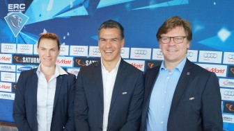 Manny Viveiros (center) ist ERC Ingolstadt's new head coach. Peppi Heiß (right) assists him, Maritta Becker supports as fitness coach.