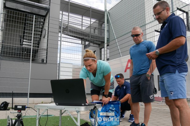 The coaches checking the stats. Foto: Wimösterer
