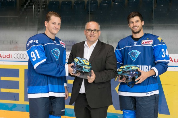 The new helmets presented by Laurin Braun, CEO Claus Hollinger (EDEKA Südbayern) and Benedikt Kohl. Foto: Ritchie Herbert